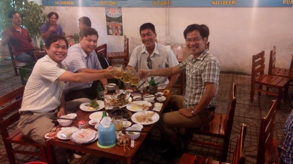 Mekong_Delta_Fisheries_Eating_Food_Beer_Photo_By_Lisa_Van_Wageningen